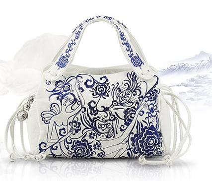 Такая сумочка сочетается и с белым костюмом, и с эклектично рваными джинсами