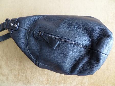 Вид сбоку: карманчики есть с обеих сторон. Они действующие, внутрь поместится что-то типа большого телефона
