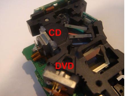 Разобрал DVD-шник, аккуратно вытащил каретку с лазерами, она находится на полозьях, затем вытащил двд- лазер...