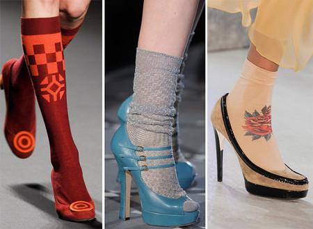 Разноцветные носки и гольфы в сочетании с летней обувью — оригинально и смело
