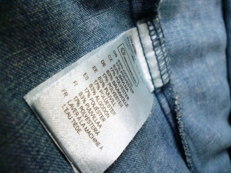 Этикетка с информацией о составе ткани и уходе за ней