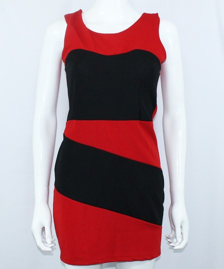 Эффектное сочетание красного и чёрного — классический вариант