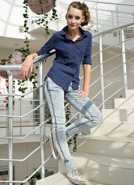 Зауженные джинсы с кедами