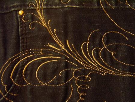вышивка сбоку только на левой штанине, до самого низу