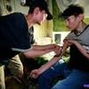 Почему подростки начинают выпивать и употреблять наркотики?