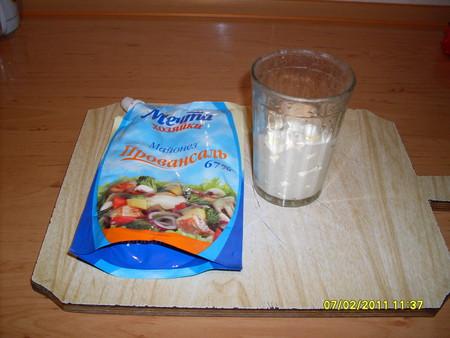 В стакан или пиалку выложите необходимое количество майонеза (смотря сколько у вас рыбы)