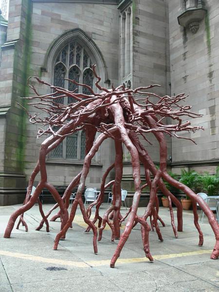 Бронзовая скульптура возле церкви Троицы