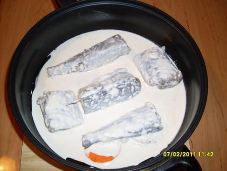 Все содержимое сковороды залейте полученной смесью. Сковороду закройте крышкой и поставьте на слабый огонь. Тушите 30-40 мин.