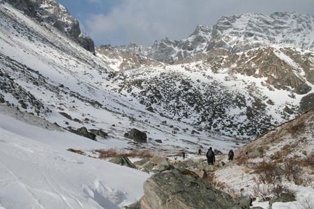 Внизу чей то лагерь на озере Эхой — прямо вершина, нам туда.