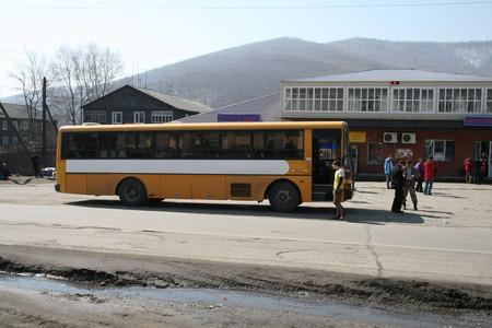 Справа ангар МЧС в Кырене и наши автобусы, с нашей толпой.