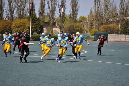 во время игры, игрок из команды в синем бежит в сторону очковой зоны, наша задача — ему помешать