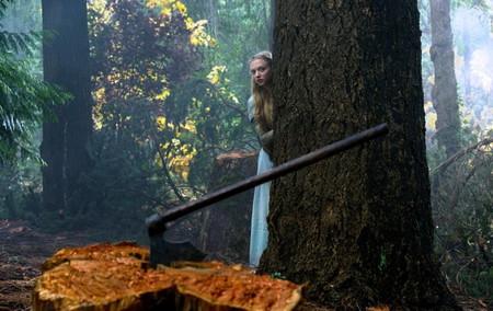 хорошая и красивая, но маменьку она не слушалась и бегала в лес