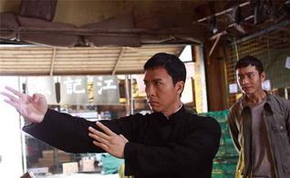 эпизод боя на рыбном рынке… столько ножей, а он против всех… с голыми руками