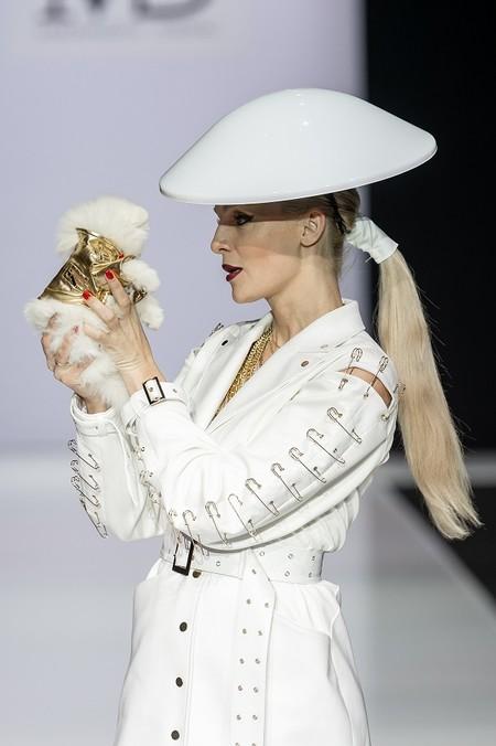 Появление крошечного шпица на показе в рамках Недели моды в Москве произвело фурор — фото 1