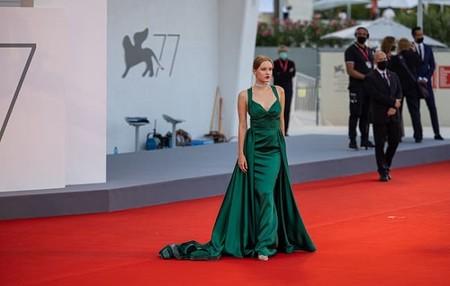 Блогер из России Полина Пушкарёва стала звездой ковровых дорожек на Венецианском кинофестивале — фото 1