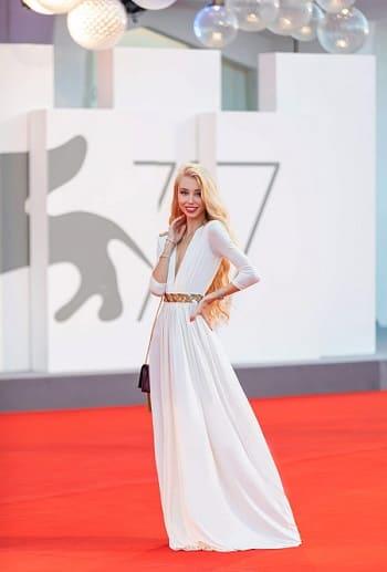 Дизайнер Ксения Самойленко стала звездой ковровых дорожек на кинофестивале в Венеции — фото 1
