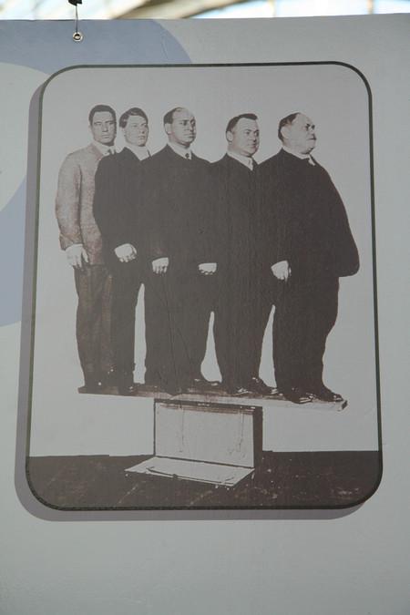 """Strong Enough To Stand On"" – братья Швейдеры с отцом стоят на своем чемодане «Самсон»"