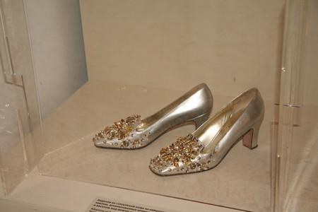 Лодочки из серебряной кожи с украшением из бисера