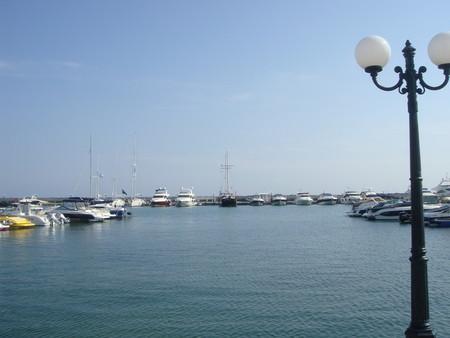 Несебр находится на противоположном берегу от Святого Власа, доехать туда можно и на катере.