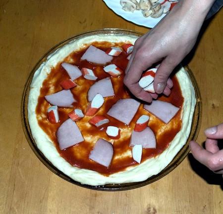 Домашняя пицца с ветчиной, крабовыми палочками, кукурузой и грибами — фото 11