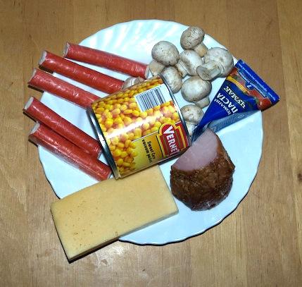 Домашняя пицца с ветчиной, крабовыми палочками, кукурузой и грибами — фото 6