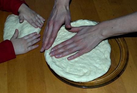 Домашняя пицца с ветчиной, крабовыми палочками, кукурузой и грибами — фото 9
