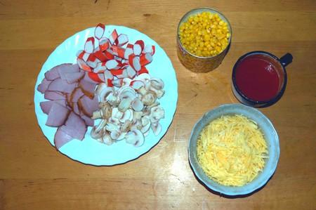 Домашняя пицца с ветчиной, крабовыми палочками, кукурузой и грибами — фото 7
