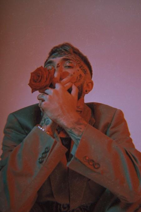 Рэп-исполнитель Ганвест осыпал своих фанатов цветами — фото 1