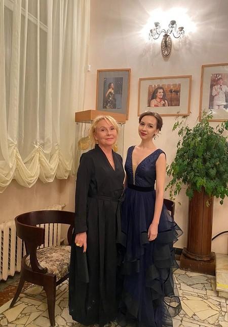 Ирина Туманова исполнила романс «Две розы», восхитив зрителей и жюри «Романсиады» — фото 1