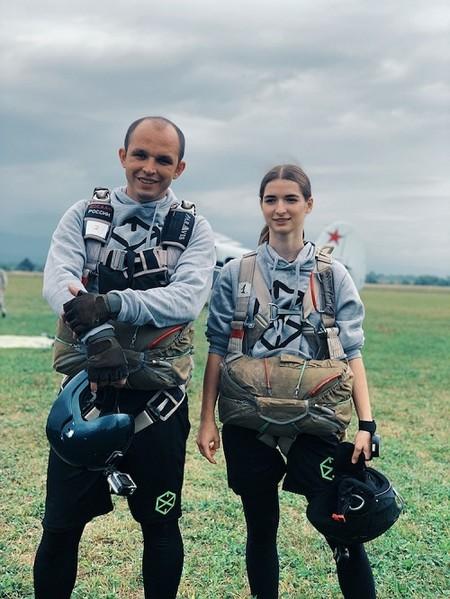 Прыжок в бездну: в 9-ом эпизоде реалити «Пережить, чтобы помнить» участники совершили прыжок с парашютом — фото 1