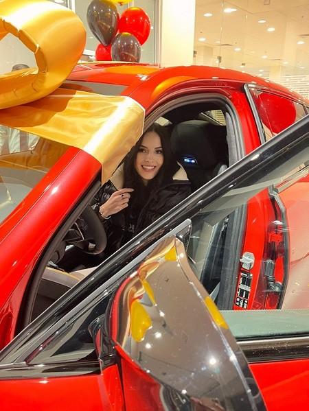 Яна Sims спонтанно купила красный внедорожник за 12 миллионов — фото 1