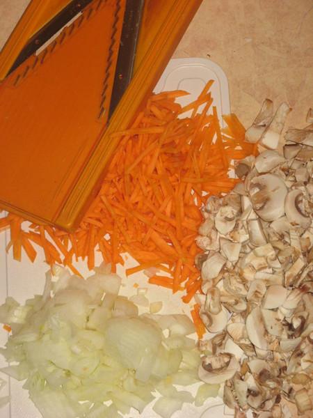 Нарезаю морковку — соломкой, лук -мелко, грибы — как захочу.