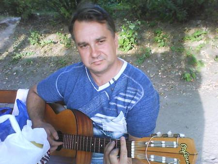 Как хорошо, что в руках у папы гитара, и про войну он только споёт