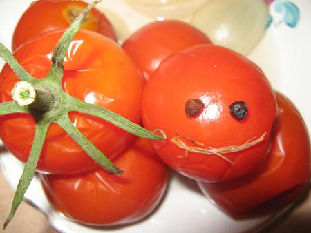 """Король """"помидорного королевства смайликов"""" желает приятного аппетита иуступает дорогу яблочномуСпасу."""