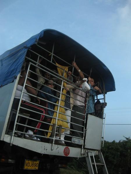 Местный автобус, заполненный до отвала кубинцами.