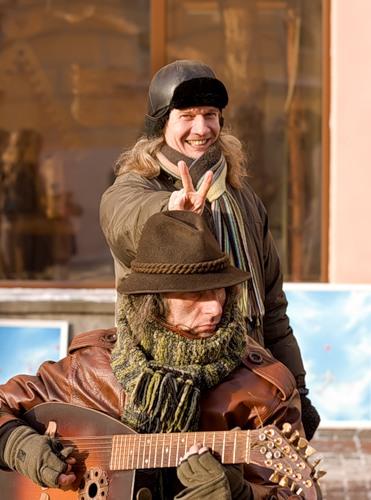 но всё-таки зима радует многих, особенно тех кто тепло одет)))