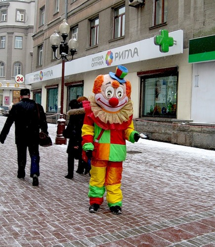 Глядя на этого клоуна стало не много грустно, в глазах у него тоска и никакого новогонего настроения...