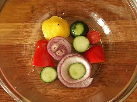 Окрошка в блюде из свежих овощей — фото 4