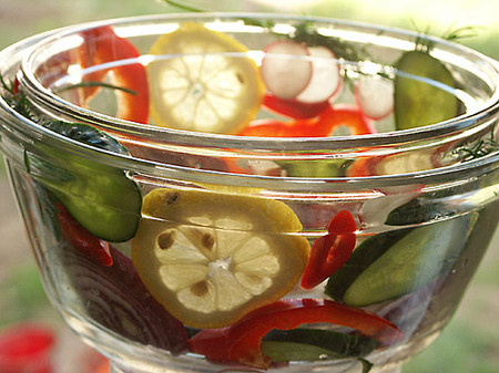 Окрошка в блюде из свежих овощей — фото 5
