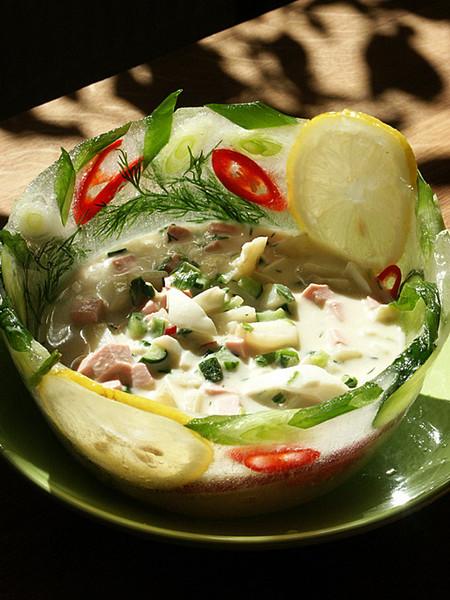 Окрошка в блюде из свежих овощей — фото 1