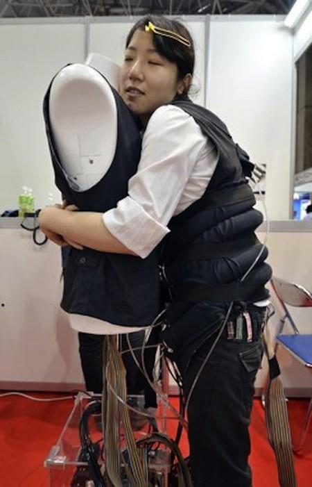 Уникальный жилет, имитирующий объятия — фото 3