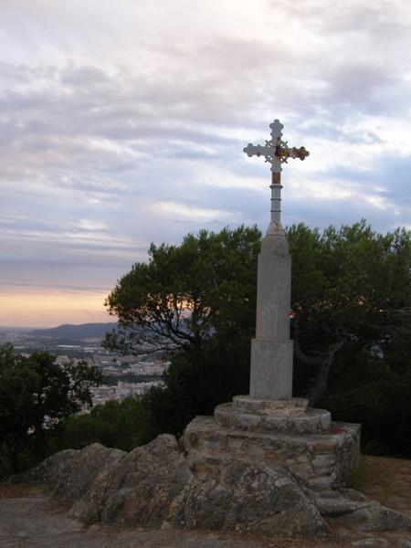 Крест и вид на город