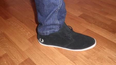 Кеды Fred Perry на ноге с джинсами