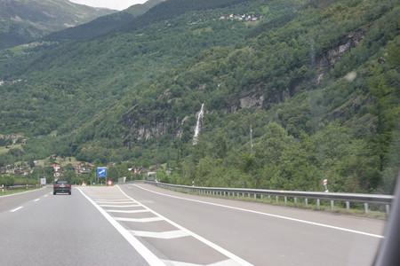 Маленькая, но гордая страна с бездонными горными озерами... — фото 2