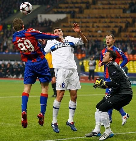 Как ни старались игроки ЦСКА пробить Жулио Сезара, им это так и не удалось
