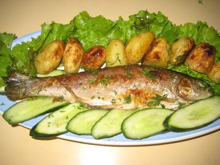 Жареная в духовке рыба с молоденькой картошечкой — фото 1