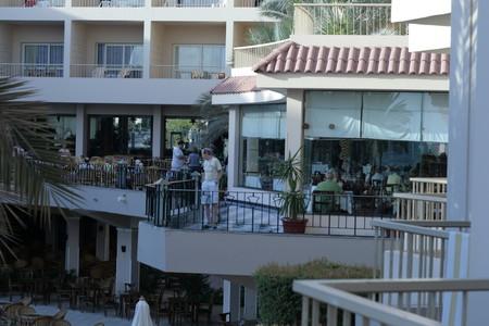 кафе-бар внизу, на верху вход в ресторан