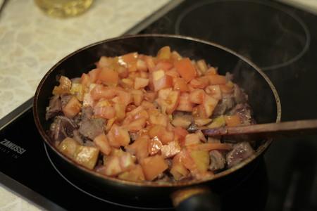 а вот уже лучок с печенью, грибами и помидорками