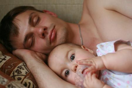 с папой, он, конечно засыпает быстрее :)