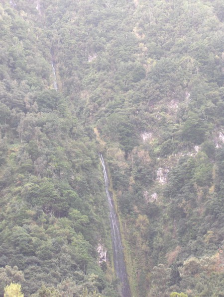 горная речушка-водопад (извиняюсь за качество)